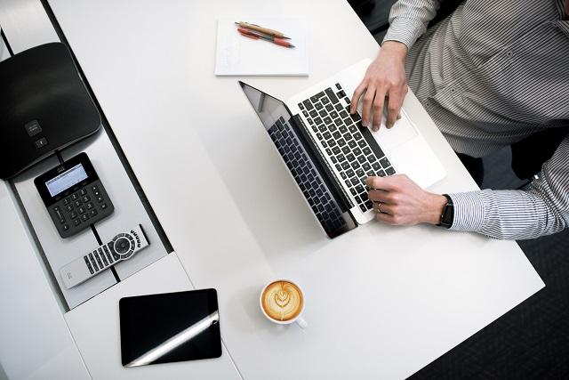 Męzczyzna pracujący przy laptopie